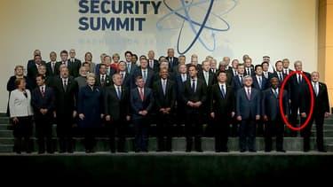 Photographie des chefs d'Etat au sommet sur la sûreté nucléaire à Washington, le 1er avril 2016. La place prévue pour François Hollande, absent, est montrée d'un rond rouge.