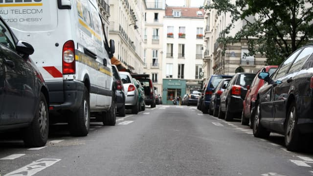 Dans cette rue de Paris, de plus en plus d'automobilistes payent leur stationnement via mobile.