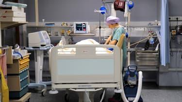 Une infirmière s'occupe d'un patient dans une salle de réveil à l'hôpital cardiologique de Lille, le 13 avril 2013. (Illustration) (Philippe Huguen - AFP)