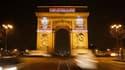 Les visages des deux journalistes français otages en Afghanistan Stéphane Taponier et Hervé Ghesquière ont été projetés sur les piliers de l'Arc de Triomphe, à Paris, mercredi à l'aube pour marquer leur première année de détention. /Photo prise le 29 déce