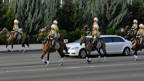 Le président du Turkménistan roule lui dans une voiture blanche, couleur qui serait sa préférée.