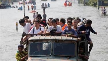Les crues, sans précédent depuis un demi-siècle, ont provoqué l'exode de milliers d'habitants à Bangkok. Et malgré le beau temps revenu vendredi et samedi, la menace de nouvelles pluies demeure alors que les conduites d'évacuation vers la mer sont déjà sa