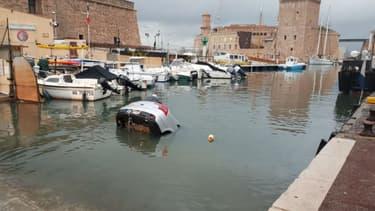 La Citroën C5 qui a plongé dans le Vieux-Port de Marseille.
