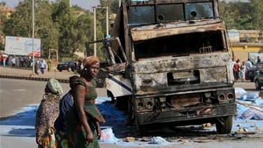 Dans la ville de Jos. Une quarantaine de personnes ont trouvé la mort vendredi, veille de Noël, dans le nord et le centre du Nigeria lors d'une série d'explosions et de deux attaques d'église. /Photo prise le 25 décembre 2010/REUTERS/Afolabi Sotunde
