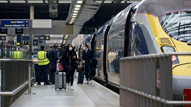 Des passagers montent à bord d'un Eurostar à la gare Saint-Pancras de Londres, le 23 décembre 2020
