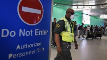 Les contrôles de sécurité contre Ebola dans les aéroports ont été renforcés dans plusieurs pays, dont les Etats-Unis.