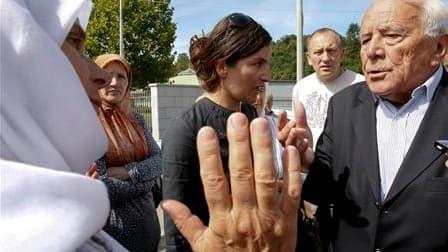 Des survivantes du massacre de Srebrenica (1995) ont obligé vendredi le Français Philippe Morillon (à droite), ex-commandant des forces de l'Onu en Bosnie, à quitter un site dédié aux victimes, en lui reprochant de ne pas avoir tenu sa promesse de ne jama