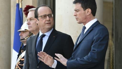 François Hollande et Manuel Valls sur le perron de l'Elysée le 12 mars 2016