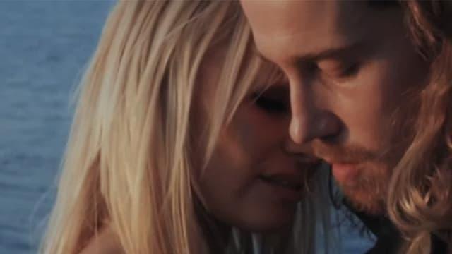 """Julien Doré et Pamela Anderson dans le clip du chanteur intitulé """"Le lac""""."""