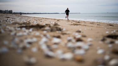 Un homme courant sur une plage de La Baule mercredi 13 mai 2020.