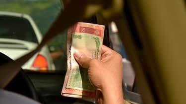 La roupie indienne continue sa baisse, à 65 roupies pour un dollar.