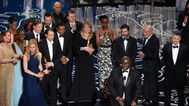 Le réalisateur britannique Steve Mc Queen au centre recevant l'Oscar du meilleur film aux côtés de son co-producteur Brad Pitt