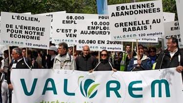Manifestation des membres la Fédération de l'énergie éolienne (FEE), devant la Tour Montparnasse à Paris. Alors que le projet de loi Grenelle II est examiné à partir de ce mardi à l'Assemblée, écologistes, associations de défense de l'environnement et ind