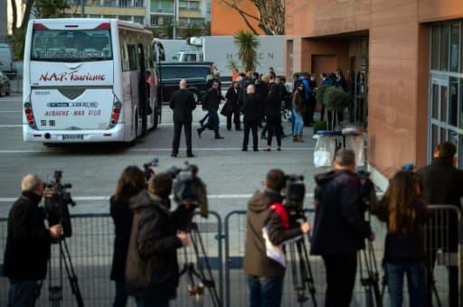 Des proches de victimes du crash de l'avion de la Germanwings arrivent à Marseille pour une première cérémonie de recueillement, le 23 mars 2016