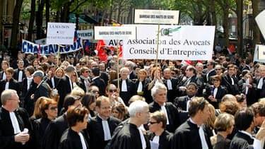 Les avocats français ont manifesté mercredi à Paris pour réclamer une meilleure rémunération de leurs interventions lors des gardes à vue, développées dans une réforme entrée en vigueur le 15 avril. /Photo prise le 4 mai 2011/REUTERS/Charles Platiau