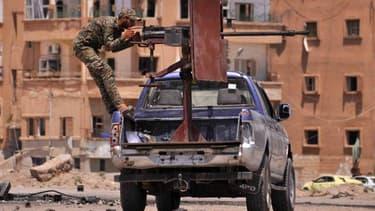 Un soldat kurde derrière une mitrailleuse dans la province d'Hassaké