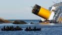 Plongeurs à proximité de l'épave du Costa Concordia. Un seizième corps, celui d'une dame âgée, a été retrouvé mardi dans le paquebot échoué au large de la Toscane. /Photo prise le 24 janvier 2012/REUTERS/Tony Gentile