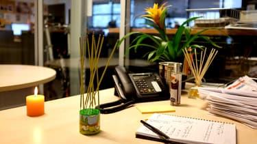 Encens, bougies parfumées, parfum d'ambiance ne servent à rien. Si votre collègue sent mauvais, il faut lui dire.
