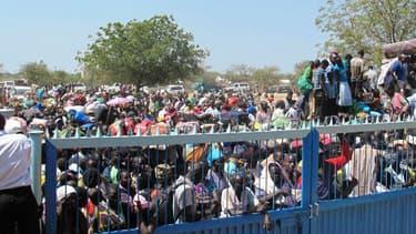 Des civils devant un camps de l'ONU au Sud Soudan