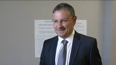 Le candidat UMP Jean-Louis Costes dans son bureau de vote, dimanche.