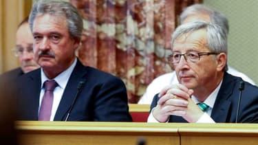 Le Premier ministre luxembourgeois Jean-Claude Juncker (à droite), accusé de ne pas avoir bien contrôlé les services de renseignement du Grand Duché, soupçonnés d'abus de pouvoir, a annoncé mercredi qu'il allait demander la tenue d'élections législatives