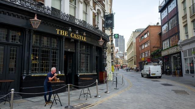 Image d'illustration - Une terrasse de pub et une rue de Londres désertes, en août 2020.