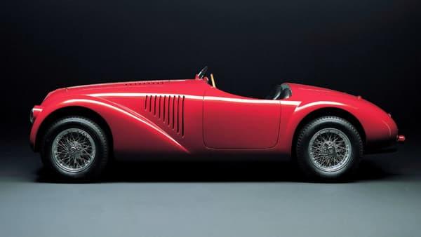 Sous le capot, un V12, qui deviendra le grand classique de Ferrari. Légèreté, performance, le cahier des charges qui anime Ferrari depuis 70 ans se met en place à cette époque.