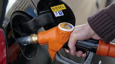 La fiscalité sur le diesel n'augmentera pas en 2014 en France mais la question est ouverte pour la suite, a déclaré le ministre du Budget, Bernard Cazeneuve. Ce carburant, désigné l'an dernier comme substance cancérogène par l'Organisation mondiale de la