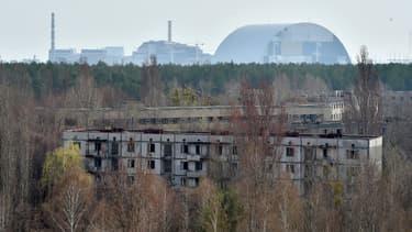 La centrale de Tchernobyl depuis la ville fantôme de Pripiat le 8 avril 2016