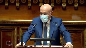 """Pass sanitaire: le sénateur Claude Malhuret raille les anti-vaccin, """"une avant-garde éclairée regroupée contre le totalitarisme vaccinal"""""""