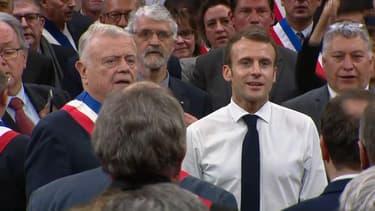 Macron lors d'un débat avec des maires, à Souillac.