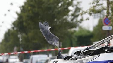 L'une des voitures des policiers brûlée samedi par des cocktails molotov à Viry-Châtillon.