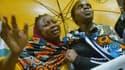 Des femmes pleurent de joie après avoir appris que leurs proches faisaient partie des survivants de l'attaque de Garissa
