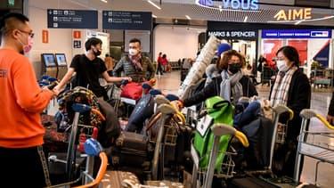 Des voyageurs à l'aéroport Roissy Charles-de-Gaulle, le 26 janvier 2020. - Alain JOCARD / AFP