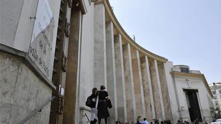 La future exposition de l'artiste américain Larry Clark au musée d'Art moderne de Paris (photo), qui ouvrira le 8 octobre 2010 pour se terminer le 2 janvier 2011, est interdite aux moins de 18 ans en raison du caractère potentiellement pornographique et v