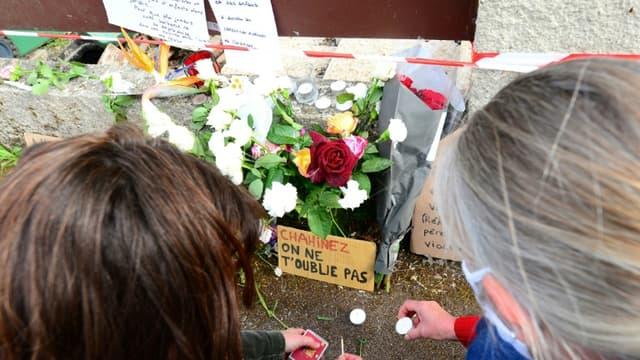 Des fleurs sont déposées le 5 mai 2021 à Mérignac, près de Bordeaux, à l'endroit où une femme de 31 ans a été brûlée vive par son mari