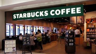 Pour faire taire les critiques autour des mauvaises conditions de travail, Starbucks multiplie les initiatives envers ses salariés.