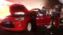 Préparation du stand Citroën au Mondial de l'automobile, qui ouvre ses portes au grand public samedi à Paris. Dans un contexte de crise, les modèles low cost et premium, ressorts actuels du marché, y tiendront la vedette./Photo prise le 26 septembre 2012/