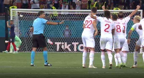 L'arbitre-assistant indique aux joueurs suisses que l'arrêt de Yann Sommer fait l'objet d'une vérification