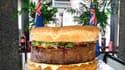 Douze heures de cuisson ont été nécessaires pour ce steak de 81 kg, principal ingrédient du plus gros hamburger du monde. Le restaurant de Sydney où il a été cuisiné prévoit de le mettre au menu l'an prochain. /Photo prise le 6 juin 2010/REUTERS/Handout