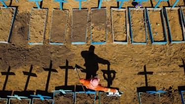 Une vue aérienne d'un cimetière à Manaus (Brésil), où sont enterrées des victimes du coronavirus, le 2 juin 2020.