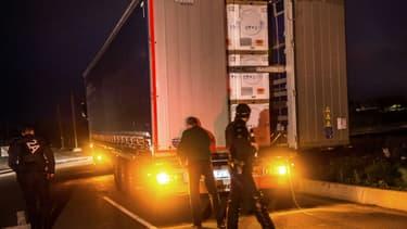 13 migrants ont été découverts dans un camion frigorifique, au port de Calais. (Photo d'illustration)
