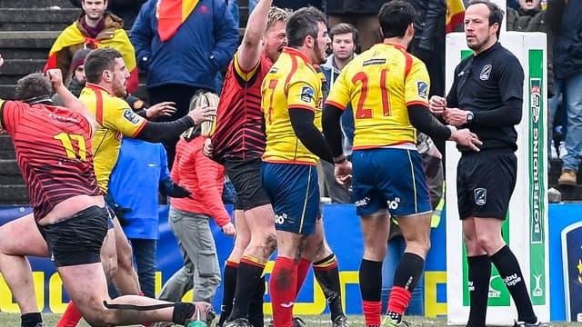 Les joueurs espagnols se ruent sur l'arbitre
