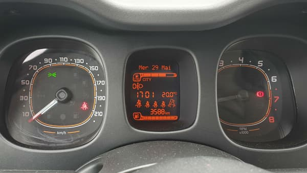 """L'écran entre les compteurs indique l'autonomie du réservoir de GNV (CNG pour """"Compressed Natural Gas"""") et d'essence."""