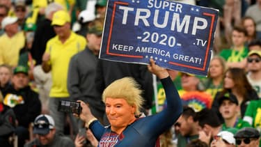 """Un fan déguisé en """"super trump"""""""" pendant le Rose Bowl, un match annuel de football américain universitaire, en Californie, le 1er janvier 2020"""
