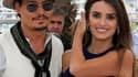 """Au bras d'une nouvelle venue dans la franchise, Penelope Cruz, Johnny Depp est venu présenter samedi à Cannes le quatrième volet de """"Pirates des Caraïbes"""", mais le capitaine Jack Sparrow a eu du mal à convaincre la Croisette. /Photo prise le 14 mai 2011/R"""