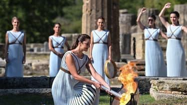 la flamme olympique a été allumée de manière traditionnelle