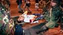 Evacuation d'un blessé après une explosion à Bangkok. Une série d'explosions à la grenade a frappé jeudi le quartier des affaires de la capitale thaïlandaise, faisant un mort et au moins 75 blessés, dont des étrangers, dans un contexte de tension accrue e