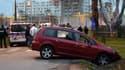 La voiture avec laquelle un homme a foncé sur des militaires en faction devant la grande mosquée de Valence.