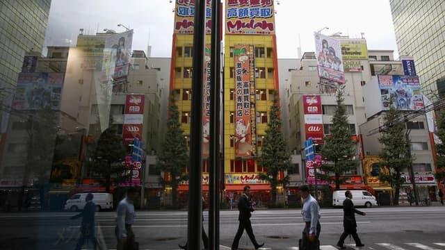 Dans les rues de Tokyo. François Hollande entame jeudi un voyage de trois jours au Japon, troisième économie mondiale en passe de retrouver la croissance sous l'impulsion du gouvernement de Shinzo Abe, dont la France aimerait profiter pour se relancer ell